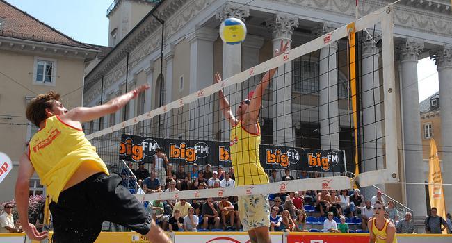 Sport im Herzen der Stadt: Schon 2007 wurde am Marktplatz Beach-Volleyball gespielt. In diesem Sommer ist unter anderem ein Springer-Event bei der Pyramide geplant.