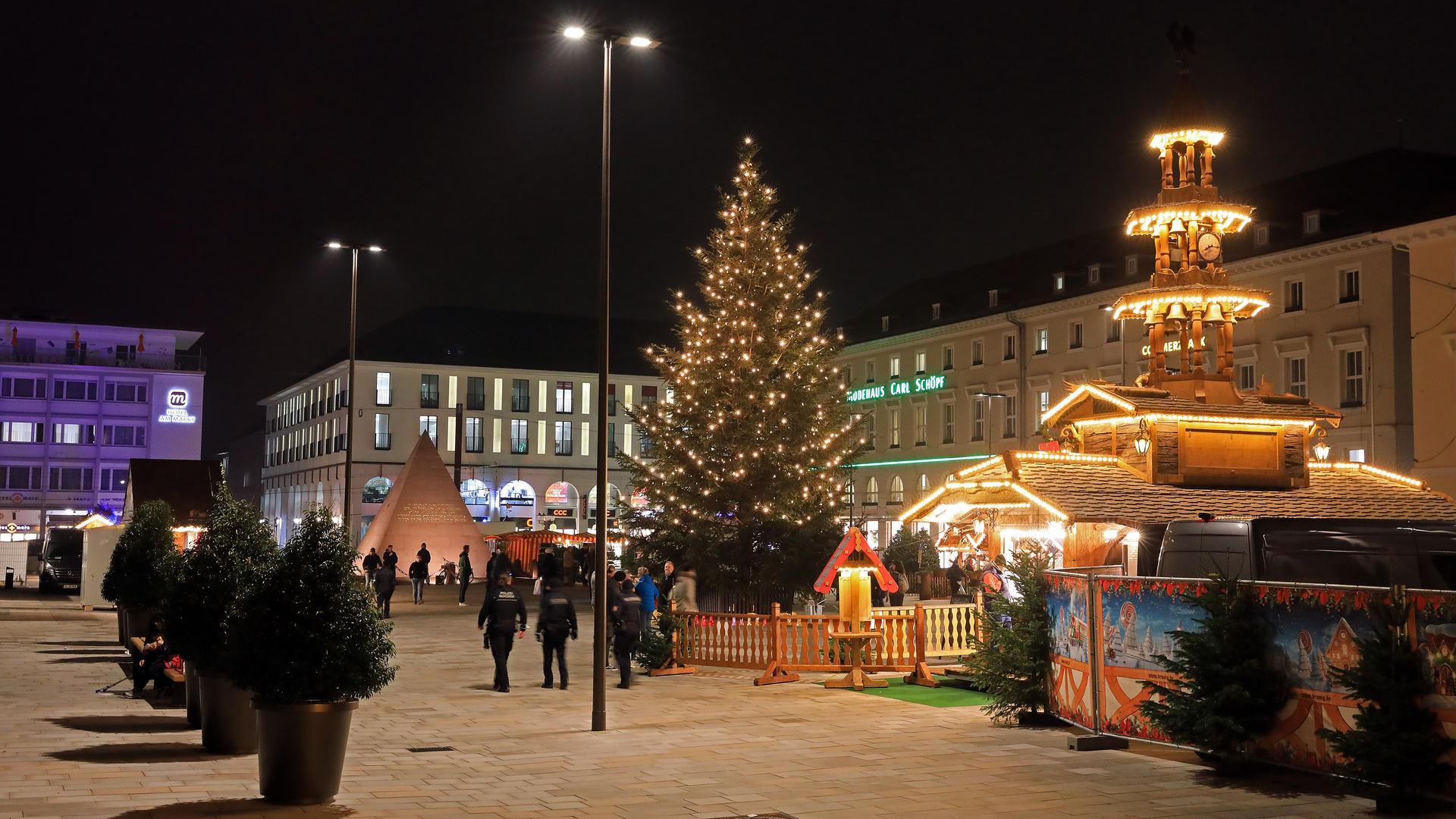 Weihnachtsmarkt auf Abstand: Auf dem Marktplatz stehen rund um den großen Christbaum nur wenige Buden.
