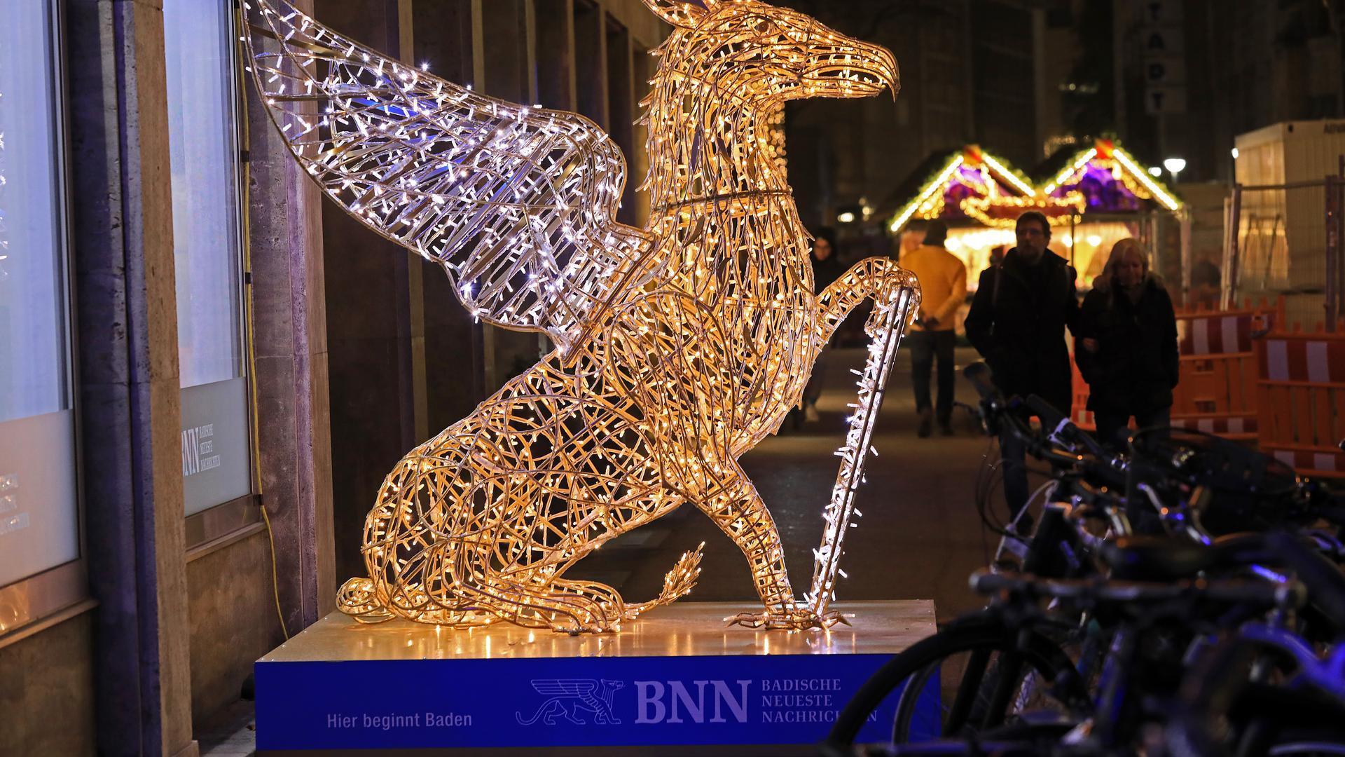 Beliebtes Fotomotiv: Vor der BNN-Lokalredaktion in der Lammstraße leuchtet der Greif.