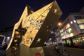 Karlsruhe präsentiert sich strahlend: Große Teile des Mini-Weihnachtsmarktes dürfen jetzt doch auch an den Adventssonntagen öffnen.