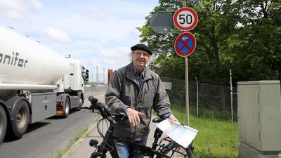 28.05.2021 Harry Block steht vor der Einfahrt zur Mineralölraffinerie (MiRO) in Karlsruhe-Knielingen. Er erinnert sich daran, wie er vor 50 Jahren die Entstehung der Bürgeraktion Umweltschutz Zentrales Oberrheingebiet (BUZO) miterlebte und mit initiierte.