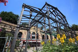 Das historische Eisengerippe im Botanischen Garten ist schon seit Jahren per Bauzaun abgetrennt. In diesem Jahr soll die Demontage beginnen, anschließend wird es restauriert.