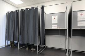 Die Stimmabgabe läuft: Im Briefwahlbüro in der Kriegsstraße 100 können die Wähler schon jetzt ihr Kreuz machen.