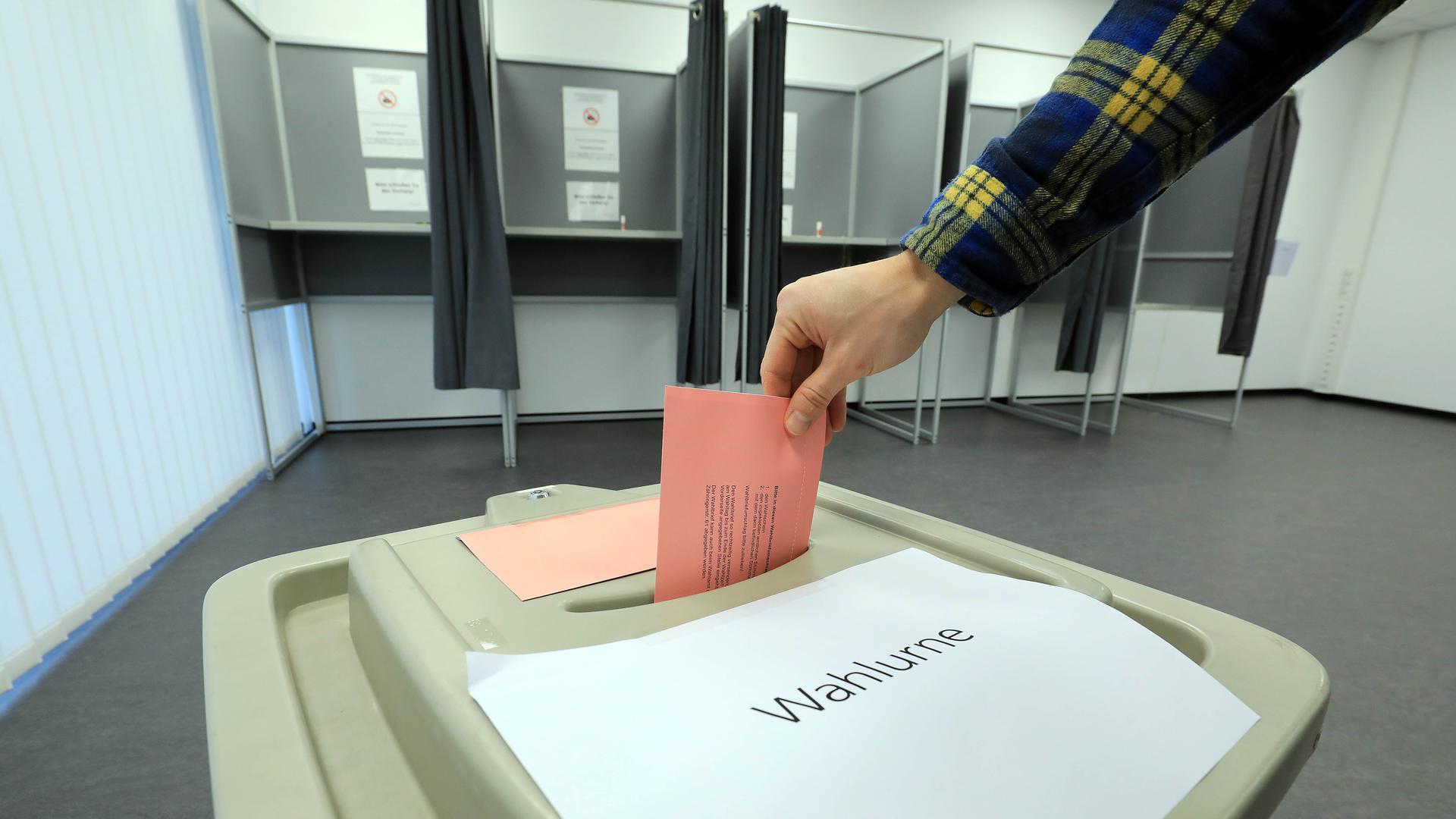 Jede Stimme zählt: Am Nikolaustag ist in Karlsruher OB-Wahl. Die Kandidaten präsentieren sich im Endspurt gerne auch auf Facebook und Instagram.