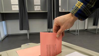 Die Stimmabgabe läuft: Das Interesse an Briefwahl ist bei dieser OB-Wahl groß. In den Räumen des früheren Postgiroamtes in der Kriegsstraße 100 gibt es auch Wahlkabinen.