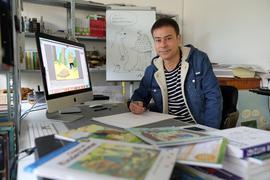 Cartoonist Steffen Butz zeichnet in seinem Atelier in der Karlsruher Oststadt.