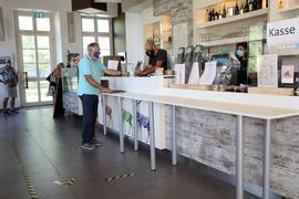 Streng geregelt ist in Zeiten von Corona-Verordnungen der Bestellvorgang im Schloss-Café.