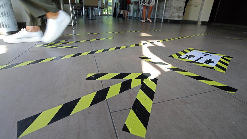 Die Wegeführung im Schloss-Café ist mit schwarz-gelbem Klebeband klar markiert.