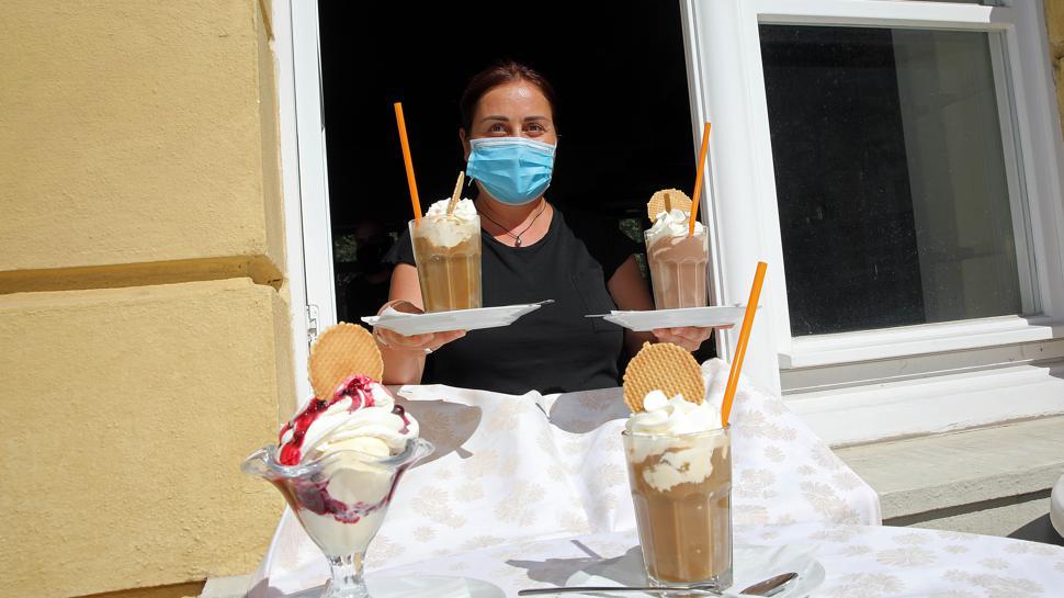 Kontaktlose Bedienung: Im Schloss-Café holen die Gäste sich ihre Bestellungen bei Maylin Campanella am Fenster ab.