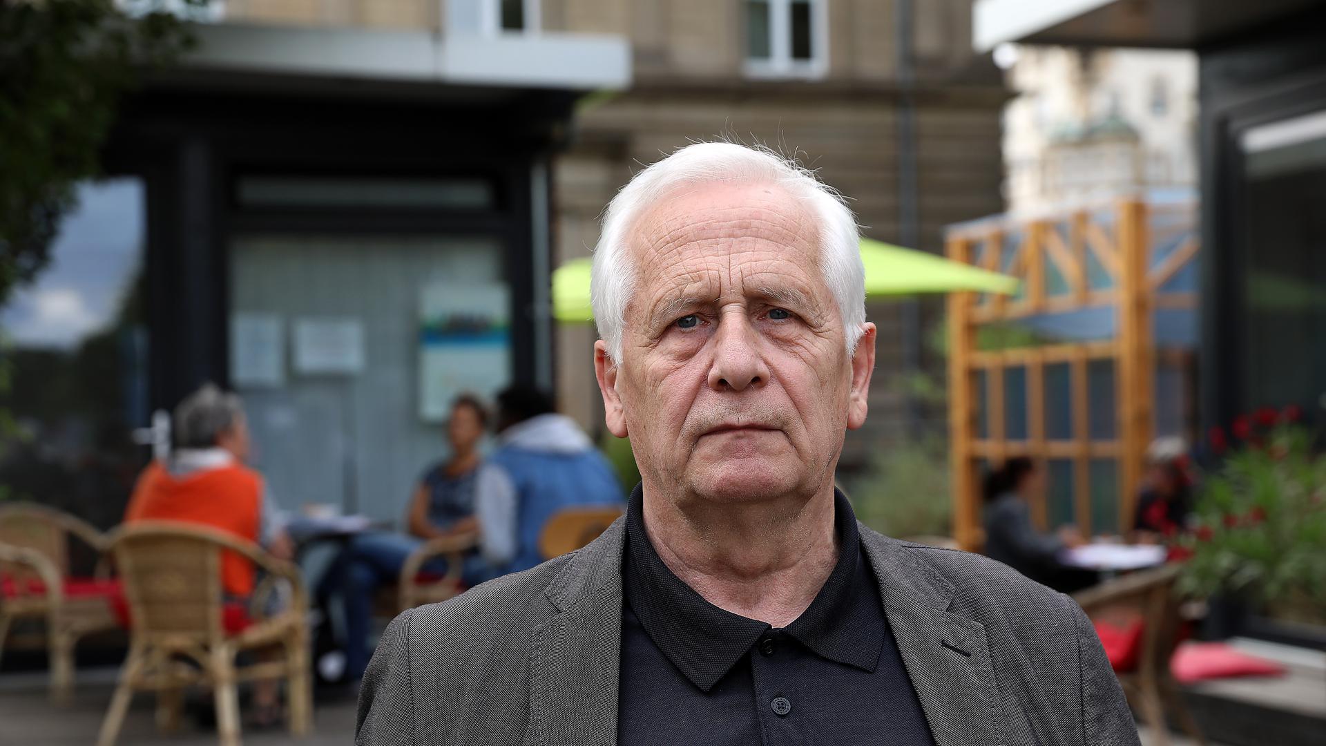 Vor der Lernbox am Alten Schlachthof Karlsruhe steht Lüppo Cramer. Er ist Stadtrat der Karlsruher Liste (KAL) und engagiert in der Flüchtlingshilfe Karlsruhe. Cramer will erreichen, dass Frauen und Familien aus Afghanistan in Karlsruhe ein neues Leben anfangen können.