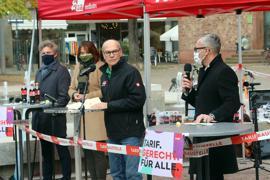 Erstes Aufeinandertreffen: Sven Weigt (rechts) beantwortet eine Frage von DGB-Stadtverbandsvorsitzender Dieter Bürk. Frank Mentrup und Petra Lorenz hören warten, bis sie dran sind.