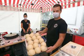 Nicole und Alex Blem von De Pälzer bieten Dampfnudeln auf dem Wochenmarkt an.