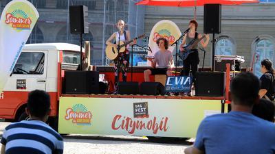Auf dem Das Fest-City-Mobil stand am Mittwoch die Band Evia. Sie besteht aus drei Geschwistern aus Pfinztal.