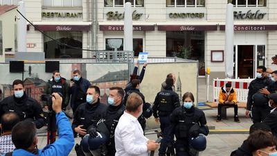 Es geht um diesen Moment: Die Karlsruher Polizei erteilt einer Frau einen Platzverweis, weil sie am Rande einer Pro-Palästina-Demo eine israelische Fahne in die Höhe hielt.