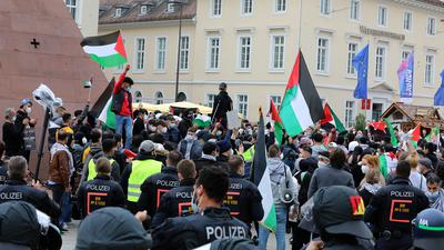 © Jodo-Foto /  Joerg  Donecker//  15.05.2021  Palaestinenser-Demo auf dem Marktplatz,            -Copyright - Jodo-Foto /  Joerg  Donecker Sonnenbergstr.4 ?D-76228 KARLSRUHE TEL:  0049 (0) 721-9473285?FAX:  0049 (0) 721 4903368 ?Mobil: 0049 (0) 172 7238737?E-Mail:  joerg.donecker@t-online.de?Sparkasse Karlsruhe  IBAN: DE12 6605 0101 0010 0395 50, BIC: KARSDE66XX?Steuernummer 34140/28360?Veroeffentlichung nur gegen Honorar nach MFM?zzgl. ges. Mwst.  , Belegexemplar?und Namensnennung. Es gelten meine AGB.?