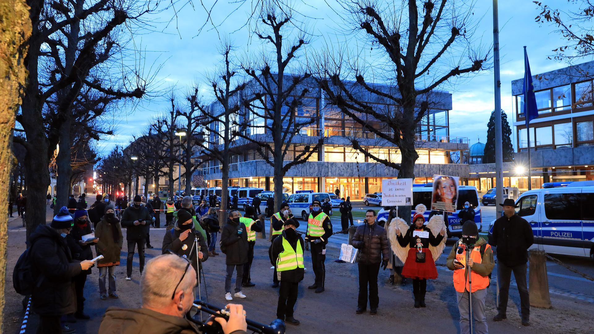 Protest vor dem Bundesverfassungsgericht: Rund 50 Kritiker der Corona-Regeln demonstrierten am Donnerstagnachmittag am Karlsruher Zirkel. Eine kleinere Gruppe bezog am Friedrichsplatz Stellung.
