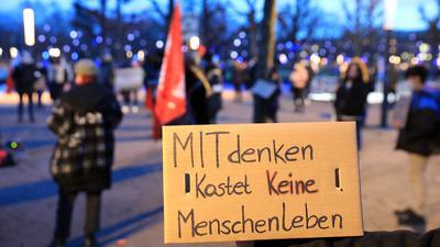 Gegenprotest: Beim Karlsruher Schloss versammelten sich zeitgleich zu den Querdenkern auch etwa 50 Befürworter der Corona-Maßnahmen.