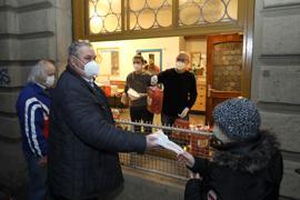 © Jodo-Foto /  Joerg  Donecker// 25.12.2020 Ausgabe am Trinkraum d. Diakonie (A3)von Essen und Geschenke an Beduerftige an Weihnachten , Foto: innen re. Wolfgang Stoll, innen li. : Anita Beneta, Aussen mit grauer Jacke : Christian Ballon (Diakonie),  Rest : Kunden ohne Namen                                                        -Copyright - Jodo-Foto /  Joerg  Donecker Sonnenbergstr.4  D-76228 KARLSRUHE TEL:  0049 (0) 721-9473285 FAX:  0049 (0) 721 4903368  Mobil: 0049 (0) 172 7238737 E-Mail:  joerg.donecker@t-online.de Sparkasse Karlsruhe  IBAN: DE12 6605 0101 0010 0395 50, BIC: KARSDE66XX Steuernummer 34140/28360 Veroeffentlichung nur gegen Honorar nach MFM zzgl. ges. Mwst.  , Belegexemplar und Namensnennung. Es gelten meine AGB.
