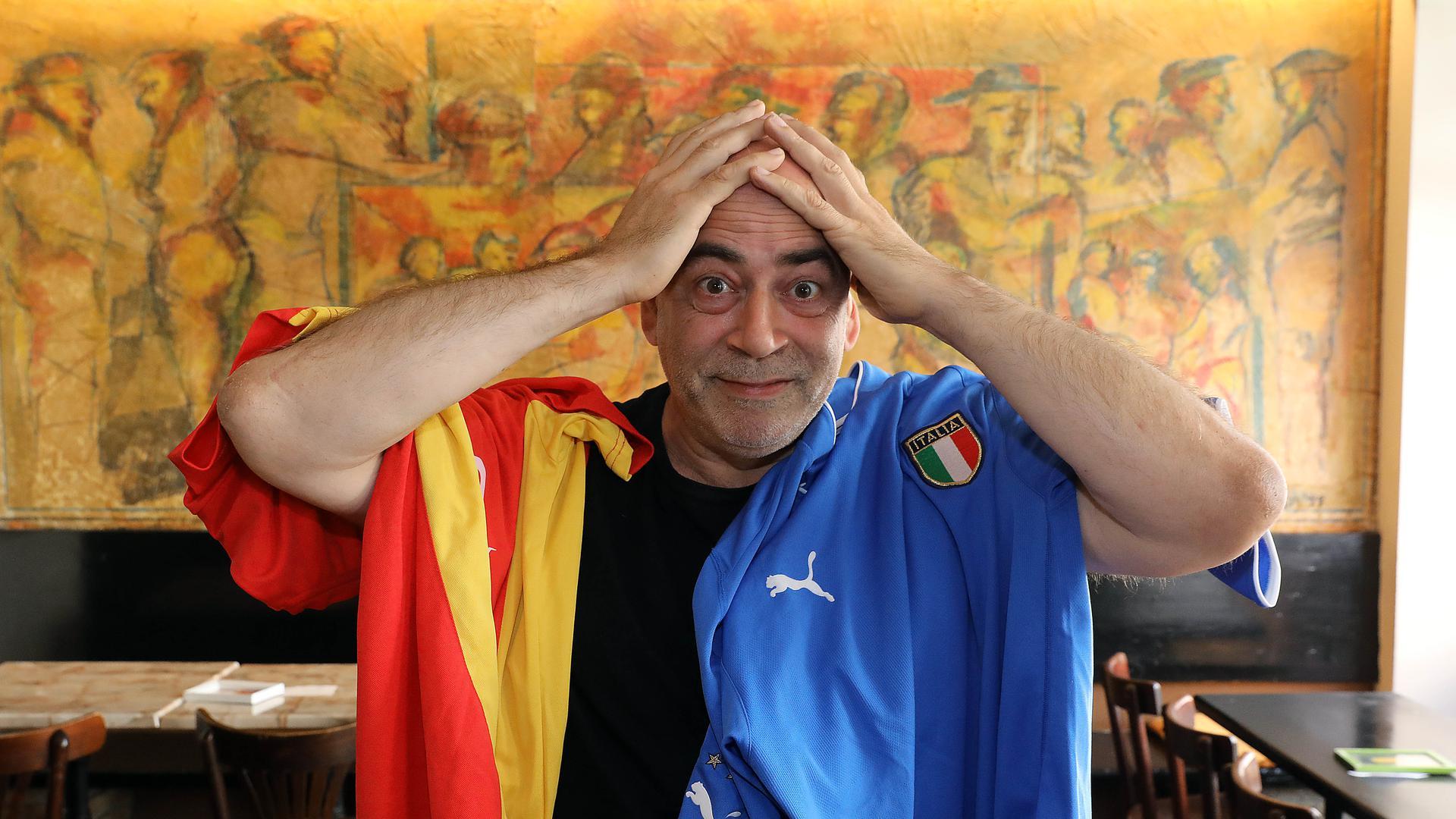 """Doppel-Fan: Mario Viggiani Blanco hat italienische und spanische Eltern. In seiner Tapas Bar """"El Toro"""" drückt er deshalb heute beiden Mannschaft die Daumen."""