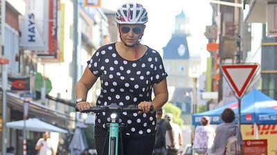 Katja Stieb beim Selbsttest mit einem E-Scooter