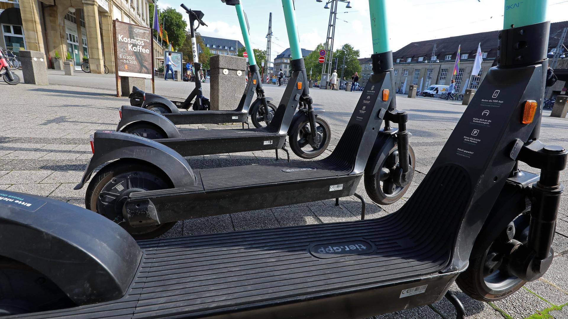 Ruhender Verkehr: Die im Stadtbild weit verbreiteten E-Scooter werden mitunter von ihren Nutzern rücksichtslos geparkt. Auch alkoholisierte Nutzer sind  ein Problem.