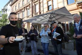 Eine Stärkung gibt es im Café Luuc: Andrea Siffaro (links) serviert den Teilnehmern der Tour Hummus. Den lassen sich Lorenzo und Magrit Nanetti, Birgit , Harry Gaertner und Thomas Kessler (von links) schmecken.
