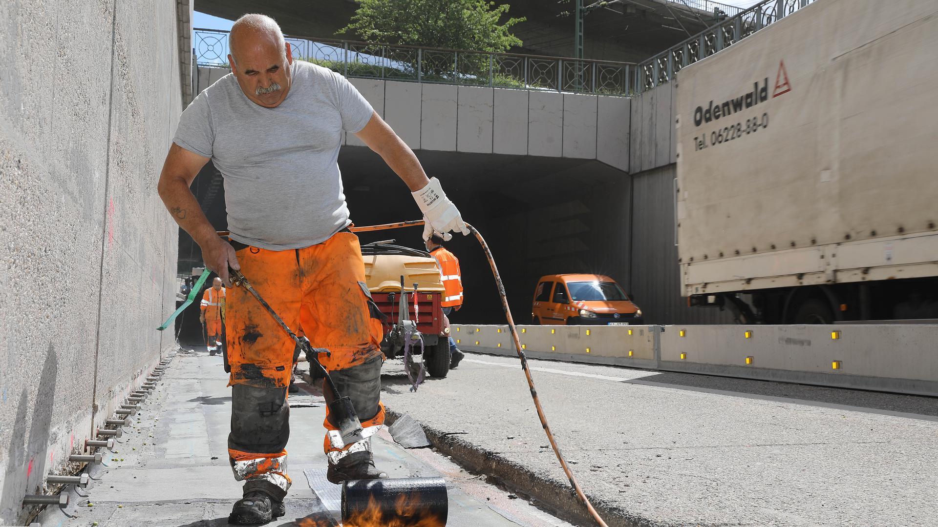 Sanierung: Dichtungsarbeiten an der Grundwasserwanne beim Edeltrudtunnel führt Amaro Dias aus. Das Bauwerk wird fit gemacht für die Zukunft.