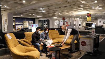 26.04.2021 Einkauf unter Corona-Bedingungen / Click & Meet bei XXXLutz Mann Mobilia mit den Mitarbeitern Daniel Jox, Mareike Sinek und Ali Dirani (von links)
