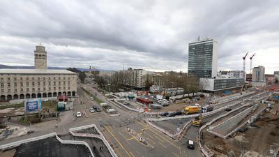 Das Ettlinger Tor: Für den Knoten im Boulevard Kriegsstraße ist auf seiner Südseite beiderseits der Ettlinger Straße  keine bauliche Fassung in Sicht. Dagegen steht das Turm-Wechsel-Dich-Spiel  beim Landratsamt bald auf dem Bauprogramm.