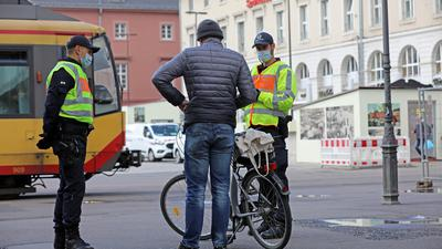Aktionstag: Für mehr Verkehrssicherheit hat die Polizei bei zahlreichen Gesprächen mit Fahrradfahrern geworben. Noch immer seien viele zu sorglos und nicht regelkonform unterwegs, finden die Beamten.