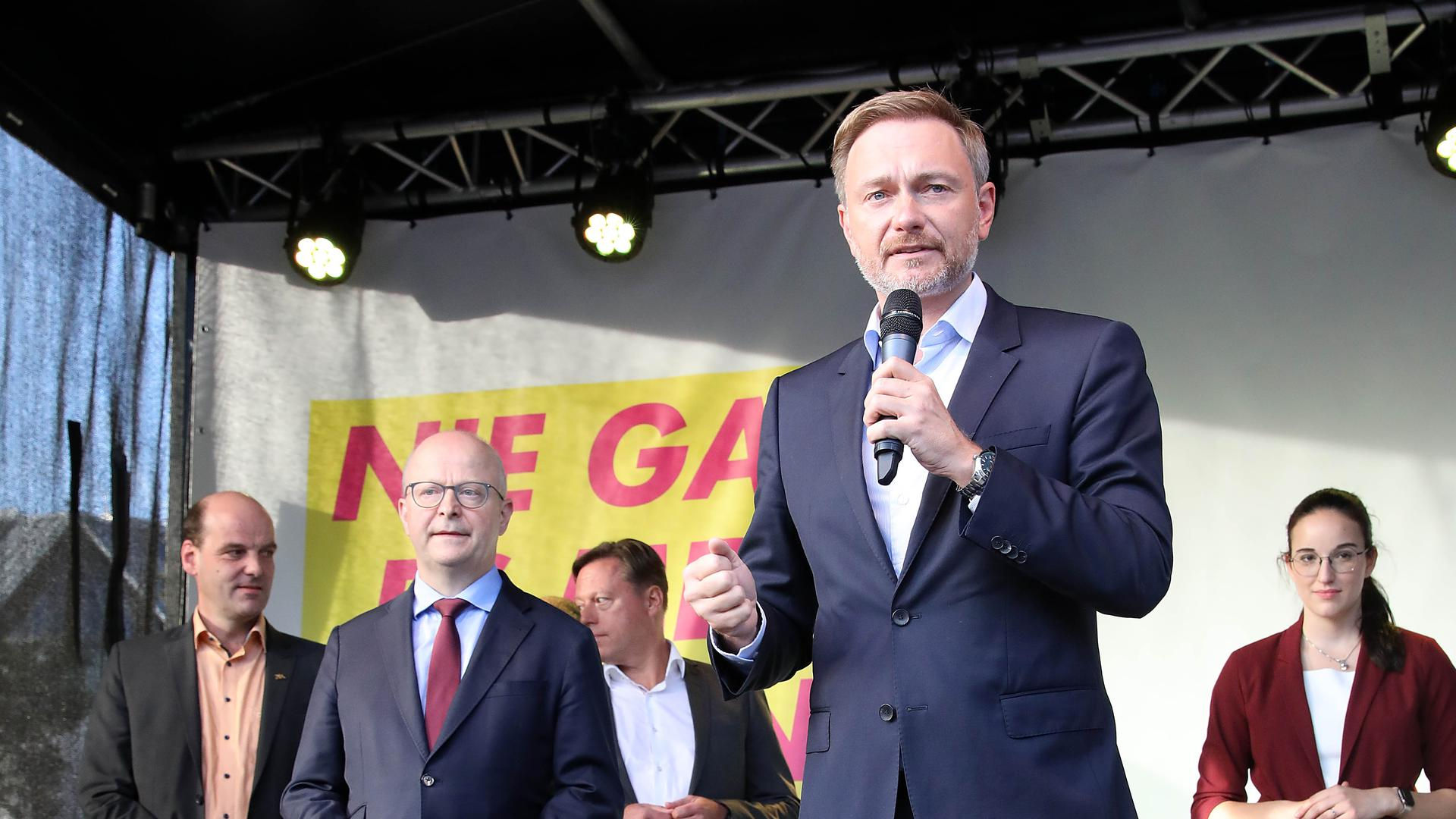 Klare Worte: FDP-Spitzenkandidat Christian Lindner hat bei seinem Auftritt in Karlsruhe Steuerentlastungen versprochen und sich zum Wachstum als ökonomischem Grundprinzip bekannt. Links neben ihm Wahlkreiskandidat Michael Theurer.