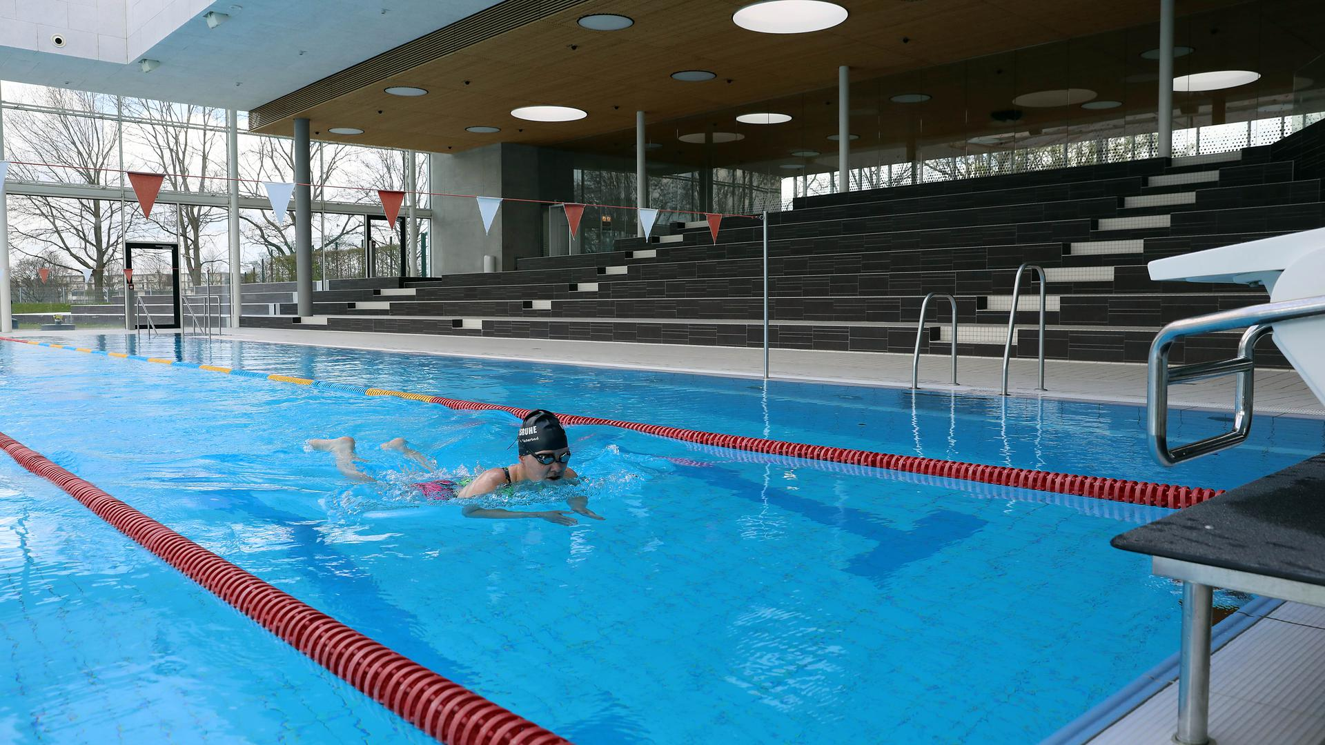 Einsame Schwimmerin: Im Fächerbad dürfen derzeit nur wenige ins Wasser steigen. Möglich ist dies unter anderem Profisportlern und Badmitarbeitern, die ihre Rettungsfähigkeit nachweisen müssen.