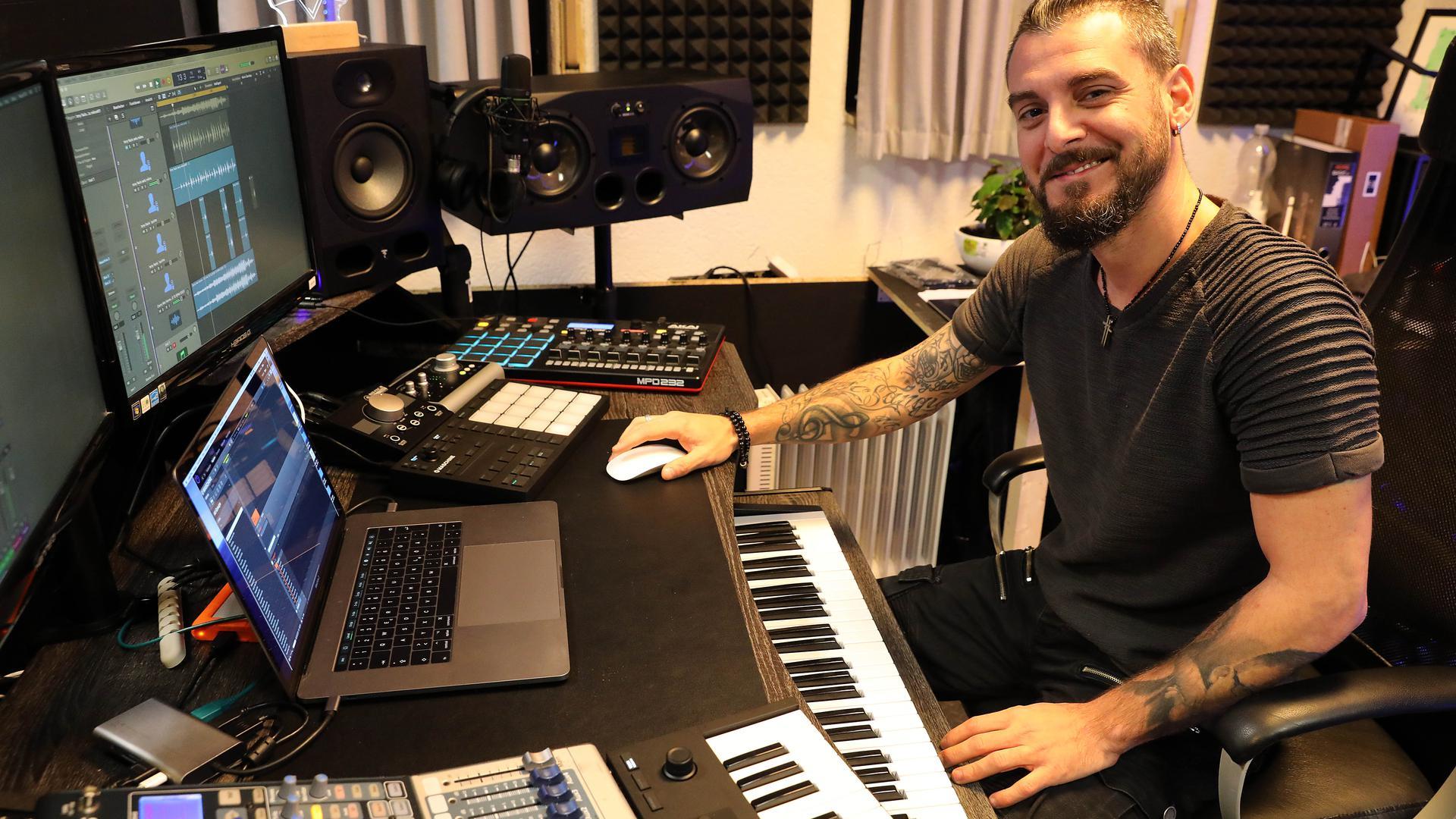 Musik ist sein Leben: Tony Fazio hat sein Studio in der Oststadt. Weil wegen Corona aber alle Auftritte flach fallen, jobbt er jetzt im Supermarkt an der Kasse.