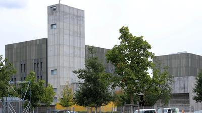 Ein Gebäude mit einem Baum davor.