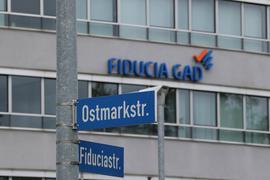 Demnächst wird aus der Fiducia & GAD IT AG die Atruvia AG. Die Beschriftung am Konzerngebäude und vieles andere muss dann geändert werden.