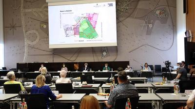 Bürgerforum: Im Rathaus und online richteten Karlsruherinnen und Karlsruher ihre Fragen zum Theaterprojekt an eine Reihe von Experten.