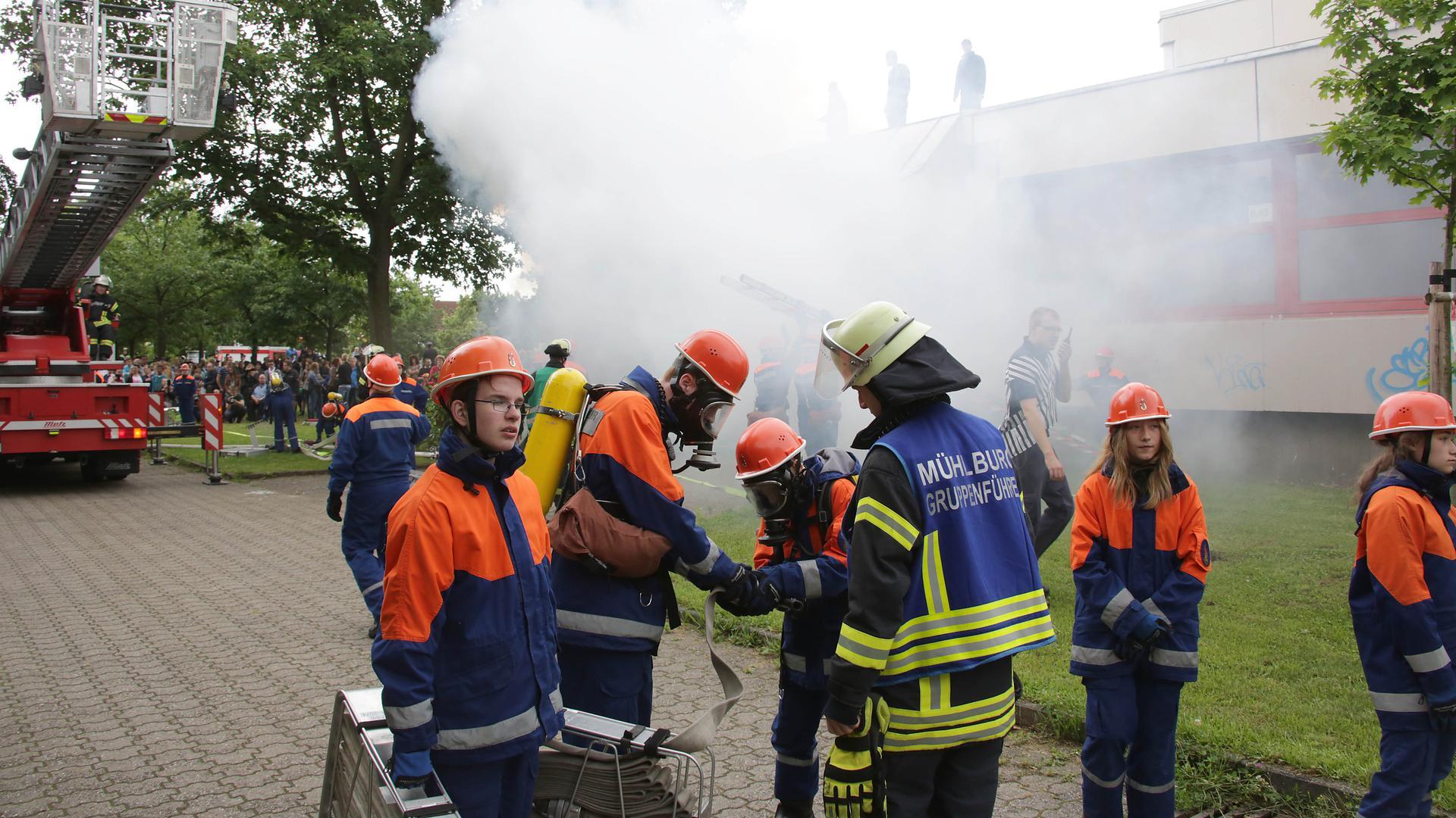Übung der Jugendfeuerwehr beim Schulzentrum Neureut im Sommer 2016
