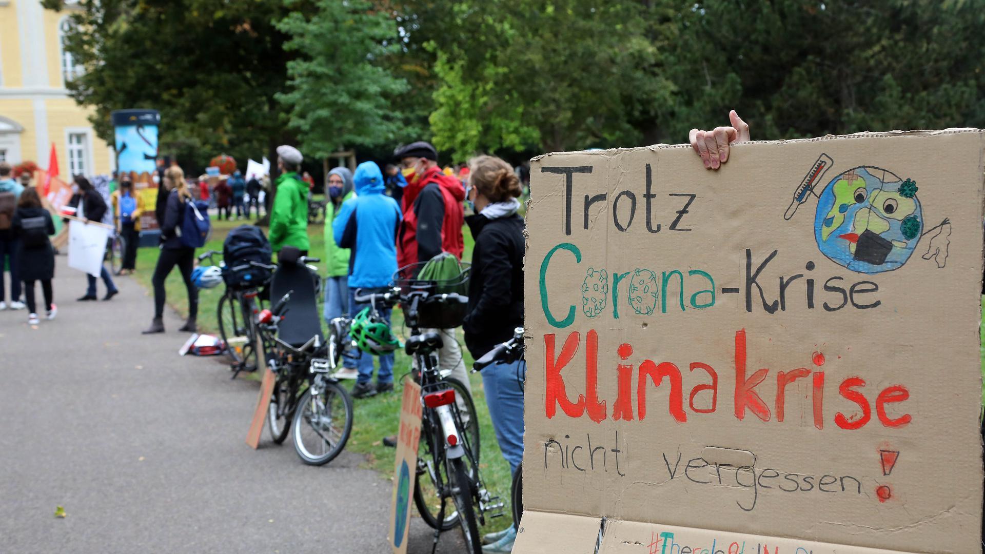 Auf einem Schild steht: Trotz Corona-Krise Klimakrise nicht vergessen!