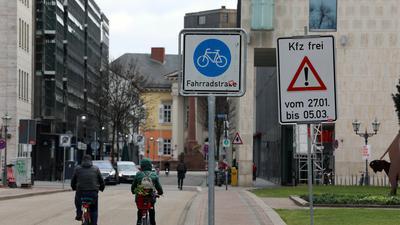 Die Straße ist für alle da: Auf dem Friedrichsplatz herrscht sechs Wochen der Ausnahmezustand mit sich widersprechenden Schildern. Die Autos sind wieder zugelassen, aber nur für kurze Zeit.