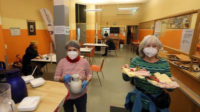 Die Köchinnen: Elke Schüssler (rechts) und Elena Herrmann bereiten Essen für Obdachlose zu. Die engagierten Frauen servieren den Armen auch das Frühstück.