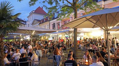 Fast wir früher: Auf dem Ludwigsplatz herrschte am Samstagabend bei sommerlichen Temperaturen reger Betrieb. Schon am Nachmittag waren die Außenterrassen voll belegt.