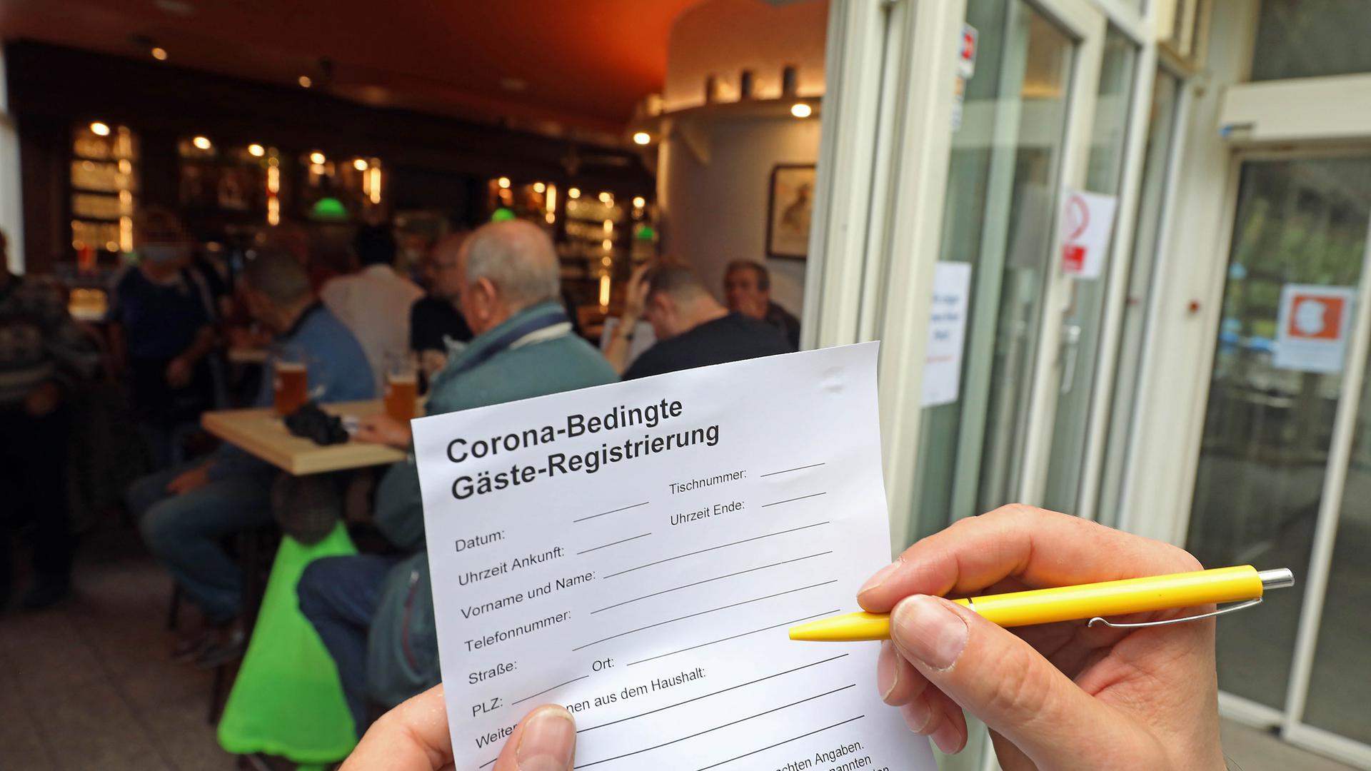 Strikte Vorgaben: In Karlsruher Lokalen müssen Besucher ihre Personalien angeben. Danach darf man wie hier beim Vogelbräu auch das KSC-Spiel anschauen.