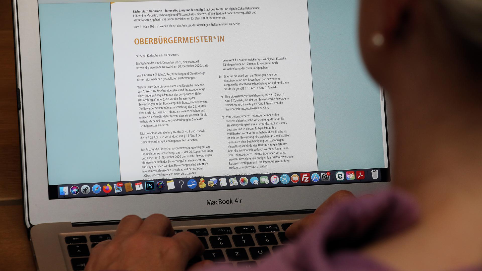 Blick auf Laptop mit der offiziellen OB-Stellenanzeige von Karlsruhe.