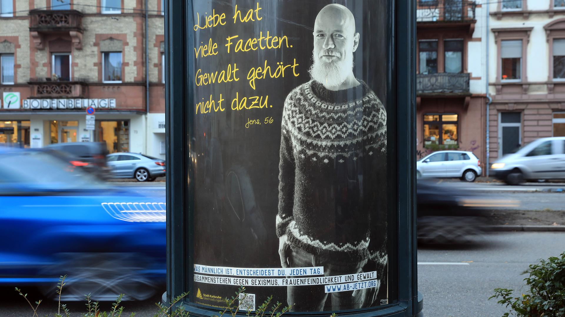 """Gegen Gewalt an Frauen: Zum Aktionstag am 25. November macht die Stadt Karlsruhe unter anderem mit der Plakataktion """"Männlichkeit entscheidest Du"""" auf die Problematik aufmerksam."""