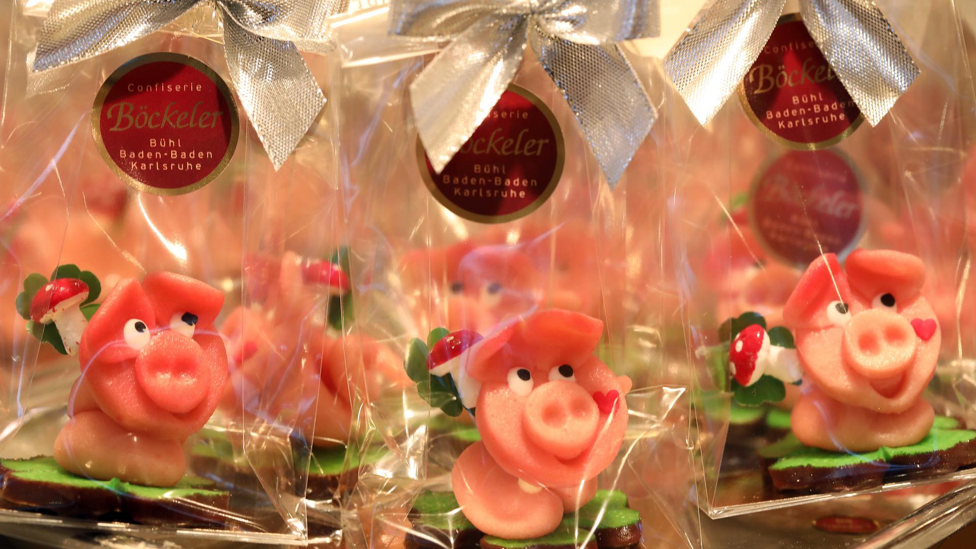 Glücksbringer im Tütchen: Das Marzipanschwein ist der Klassiker zu Silvester, im Cafe Böckeler stehen die süßen Säue herdenweise parat.