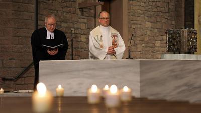 © Jodo-Foto /  Joerg  Donecker// 12.04.2020 Oekumenischer Oster-Gottesdienst mit Dekan Schalla und Dekan Streckert in der Kirche St. Stephan,                                                            -Copyright - Jodo-Foto /  Joerg  Donecker Sonnenbergstr.4  D-76228 KARLSRUHE TEL:  0049 (0) 721-9473285 FAX:  0049 (0) 721 4903368  Mobil: 0049 (0) 172 7238737 E-Mail:  joerg.donecker@t-online.de Sparkasse Karlsruhe  IBAN: DE12 6605 0101 0010 0395 50, BIC: KARSDE66XX Steuernummer 34140/28360 Veroeffentlichung nur gegen Honorar nach MFM zzgl. ges. Mwst.  , Belegexemplar und Namensnennung. Es gelten meine AGB.