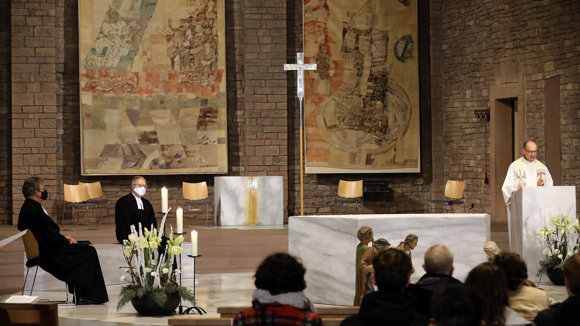 Live-Übertragung: Der Gottesdienst mit den drei Karlsruher Dekanen Hubert Streckert, Thomas Schalla und Martin Reppenhagen konnte am Heiligen Abend im Fernsehen angeschaut werden.