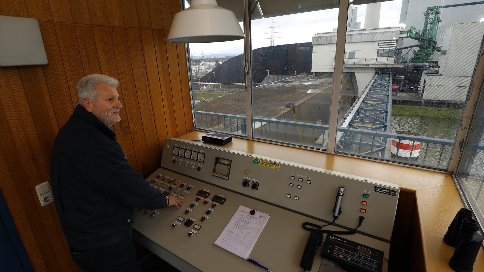 Hafenmeister Udo Kutterer kann das Hafensperrtor zum Schutz des Karlsruher Rheinhafens per Knopfdruck senken.