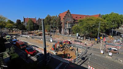 """Baustelle beim Klinikum: Die Straßenbahnhaltestelle """"Moltkestraße"""" für die Linie 2 wird  barrierefrei ausgebaut. Am Montag rollten noch Autos an der Baustelle vorbei. Ab Dienstag ist die Straße auch für sie gesperrt."""