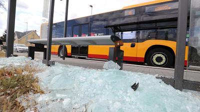 Ein Scherbenhaufen: Die Haltestelle Kaiserslauterner Straße in der Nordweststadt ist durch den Anschlag mit einer Schusswaffe entglast.